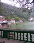 झील का किनारा